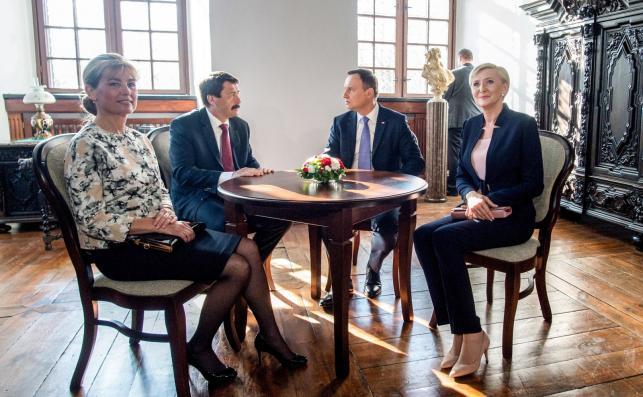 Prezydent Węgier Janos Ader z małżonką Anitą Herczegh oraz prezydent RP Andrzej Duda z małżonką Agatą Kornhauser-Dudą podczas spotkania na Zamku Królewskim w Piotrkowie Trybunalskim