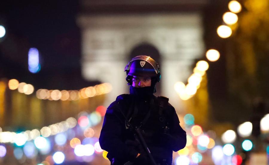 Francuski policjant w centrum Paryża
