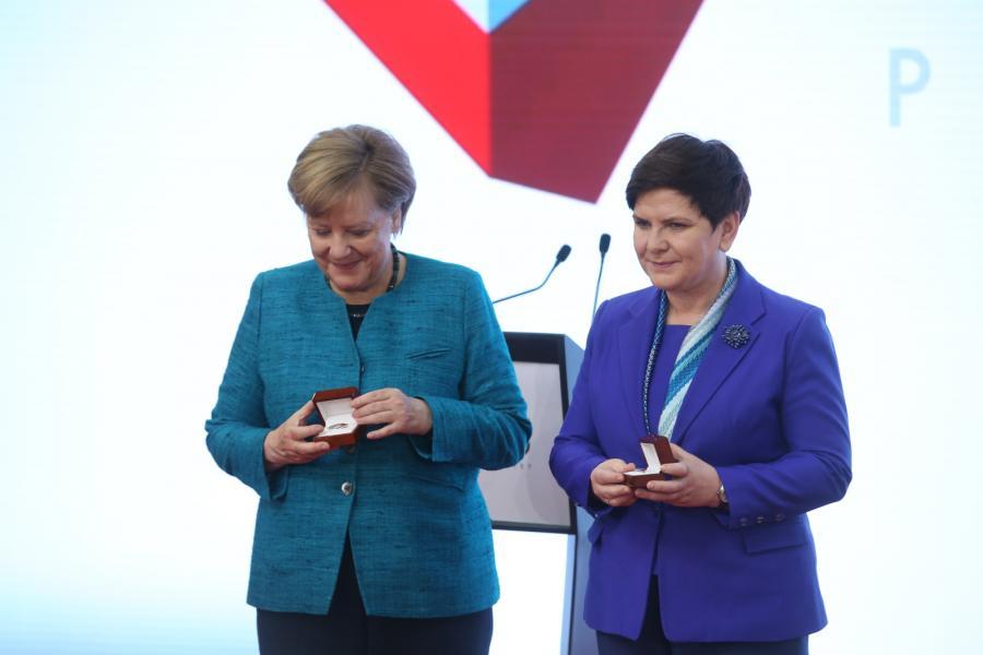 Kanclerz Niemiec Angela Merkel i polska premier Beata Szydło podczas zwiedzania stanowisk na międzynarodowych targach przemysłowych Hannover Messe 2017