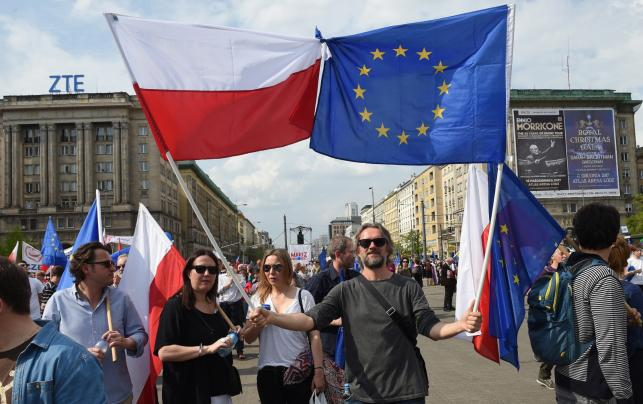 Flagi na marszu