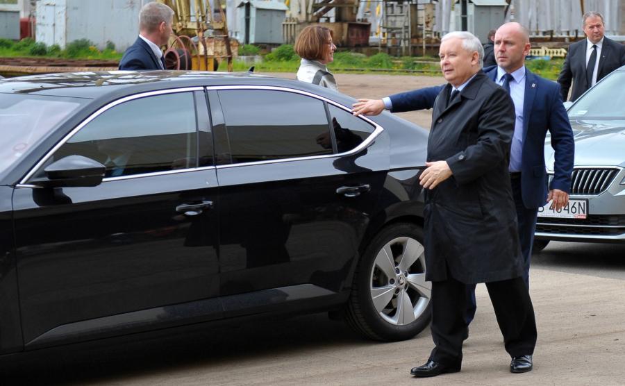 Jarosław Kaczyński w drodze do samochodu