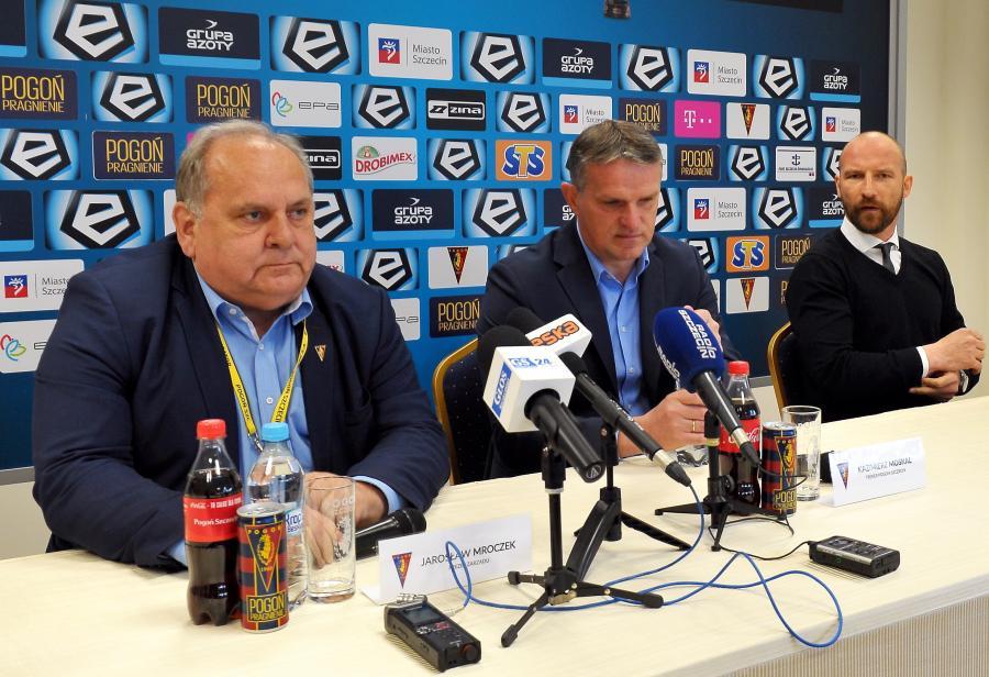 Od lewej: prezes Pogoni Jarosław Mroczek, trener Kazimierz Moskal i dyrektor sportowy Maciej Stolarczyk