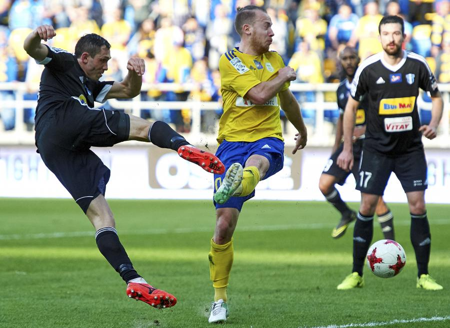 Piłkarz Wisły Płock Piotr Wlazło (L) i Dominik Hofbauer (C) z Arki Gdynia