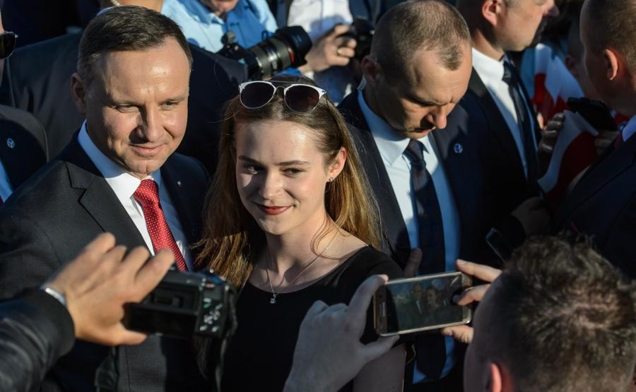 Prezydent Andrzej Duda pozuje do pamiątkowych zdjęć podczas spotkania z mieszkańcami w Parczewie