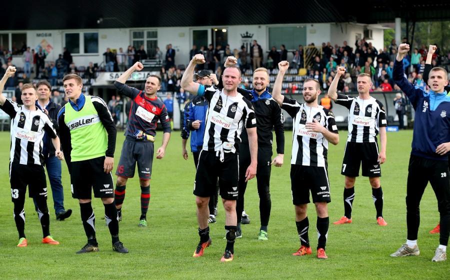 Piłkarze Sandecji Nowy Sącz cieszą się po wygranym meczu 1. ligi ze Zniczem Pruszków