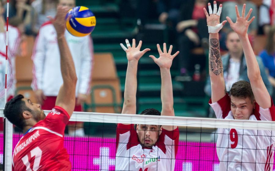 Fabian Drzyzga (C) oraz Bartomiej Lemański (P) i Irańczyk Reza Ghara (L) podczas towarzyskiego meczu siatkarskich reprezentacji Polski i Iranu