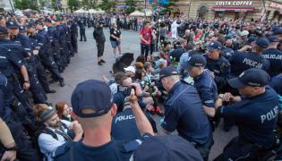 Protesty podczas miesięcznicy smoleńskiej na Krakowskim Przedmieściu