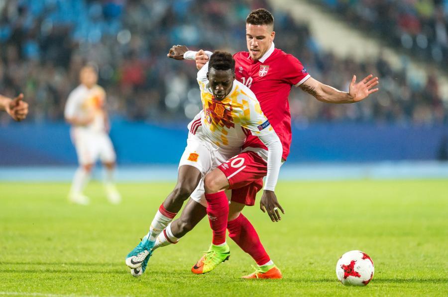 Serb Mihailo Ristic (P) i Inaki Williams (L) z Hiszpanii podczas meczu grupy B piłkarskich mistrzostw Europy U21 w Bydgoszczy