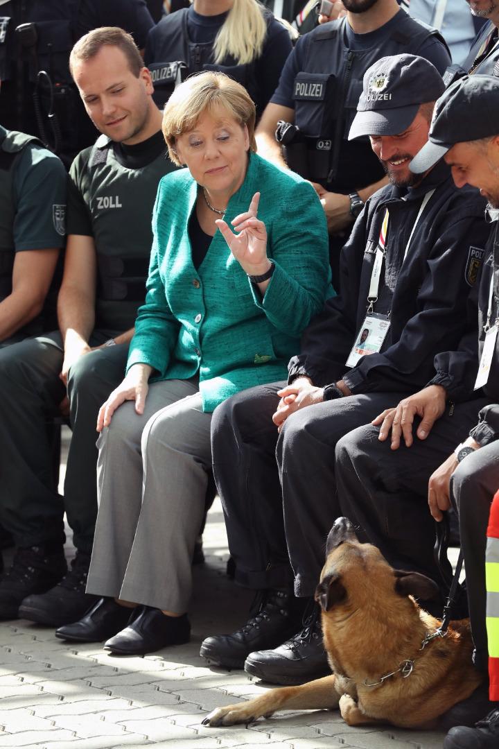 Angela Merkel z policjantami