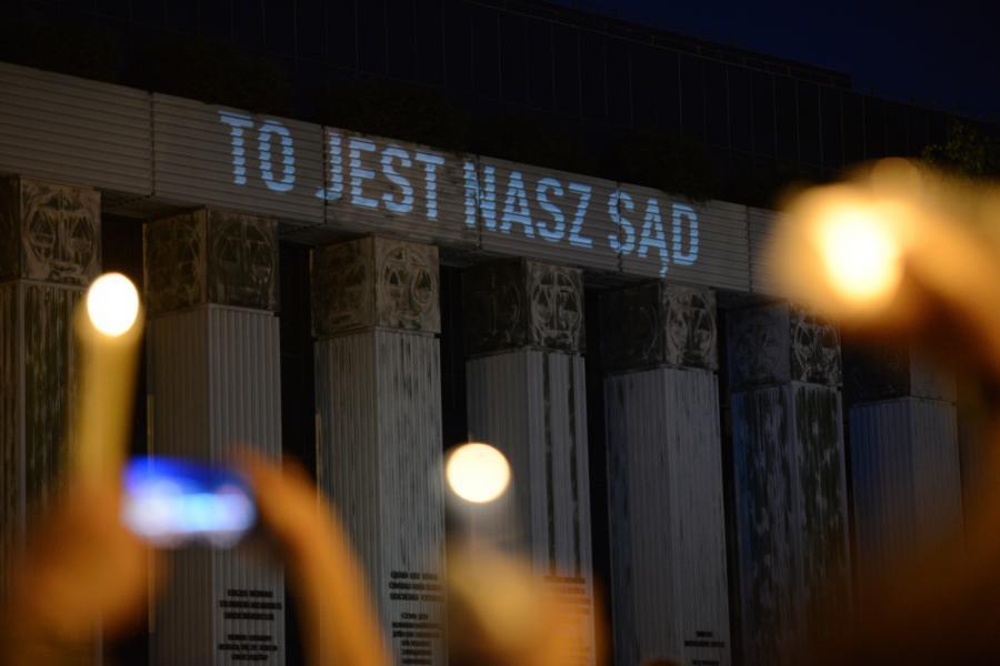 Protestujący z płonącymi świecami przed siedzibą SN przed siedzibą na pl. Krasińskich w Warszawie