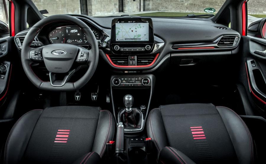 Ford chwali się, że skórzane koło kierownicy nowej fiesty zostało przetestowane przez inżynierów m.in. w taki sposób, aby nie pozostawały na nim uszkodzenia i ślady powstałe wskutek kontaktu z kremem do opalania z rąk kierowcy. A była to tylko jedna z substancji, które wykorzystano w fazie testowania wnętrza