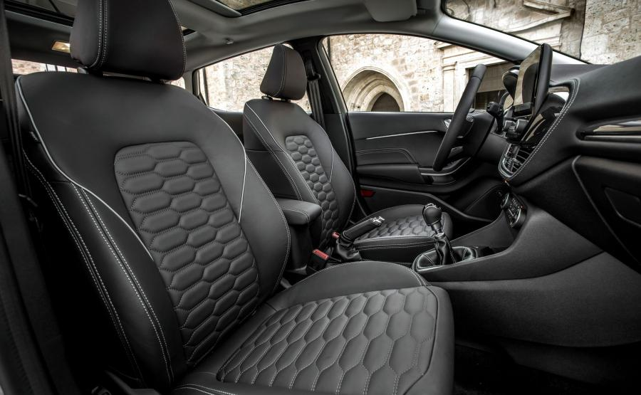 Ford fiesta Vignale - skórzane siedzenia mają być odporne na plamy po kawie, błoto, a nawet barwnik z nowych dżinsów