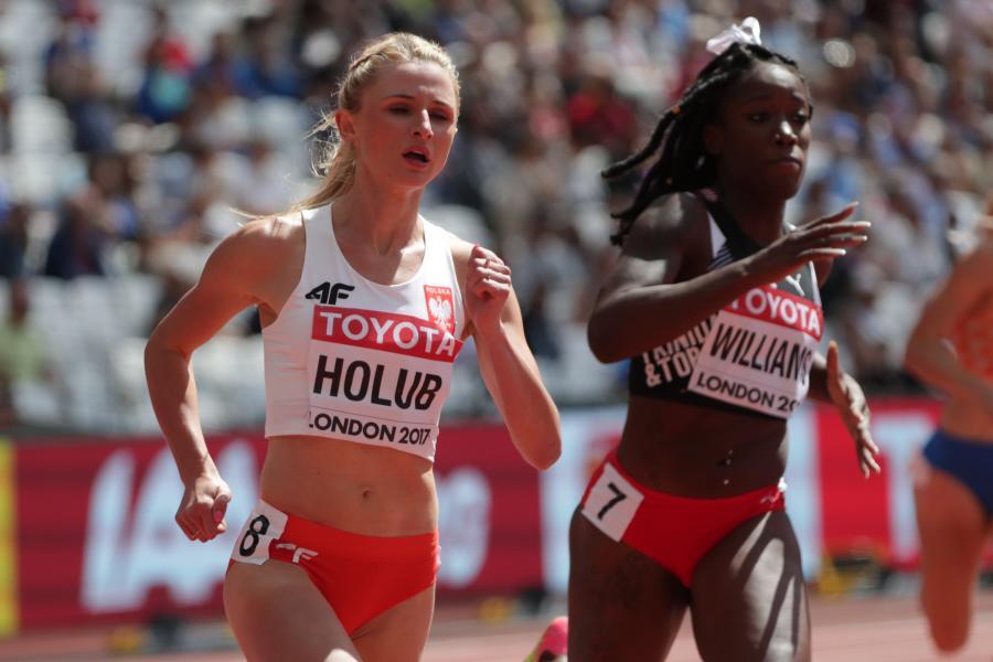Małgorzata Holub (L) podczas biegu eliminacyjnego na dystansie 400 m