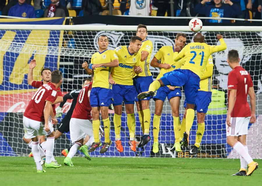 Zawodnicy Arki Gdynia w murze oraz wykonujący rzut wolny Carlos Lopez (L) z Wisły Kraków