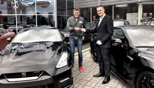 Krzysztof Hołowczyc odbiera kluczyki do nowego Nissana GT-R NISMO