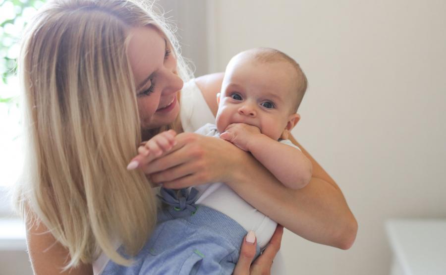 Kobieta trzyma niemowlaka