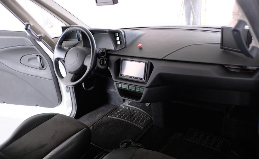 Zamiast tradycyjnych lusterek wstecznych zastosowano kamery, które przekazują widok zza auta na monitory w kabinie. Takie rozwiązanie zmniejsza też opory powietrza, co przekłada się na zasięg pojazdu