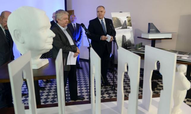 Tak będzie wyglądał pomnik Lecha Kaczyńskiego? Zobacz wyróżnione prace, Sasin: Mam mieszane uczucia [FOTO]