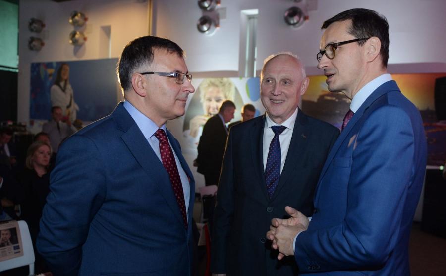 Prezes Zarządu PKO Banku Polskiego S.A. Zbigniew Jagiełło, prezes zarządu PKN Orlen Wojciech Jasiński i wicepremier Mateusz Morawiecki