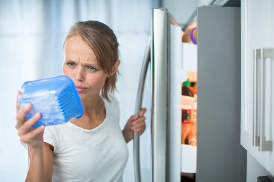 Kobieta ogląda pojemnik z żywnością