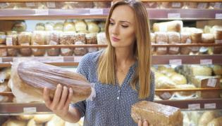 Kobieta wybiera chleb