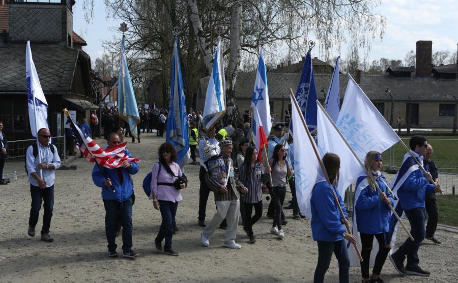 Marsz Żywych na terenie muzeum Auschwitz