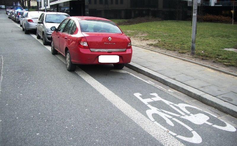 Parkowanie na drodze dla rowerów - Warszawa, ul. Zajęcza
