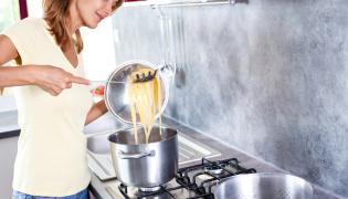 Kobieta gotuje makaron