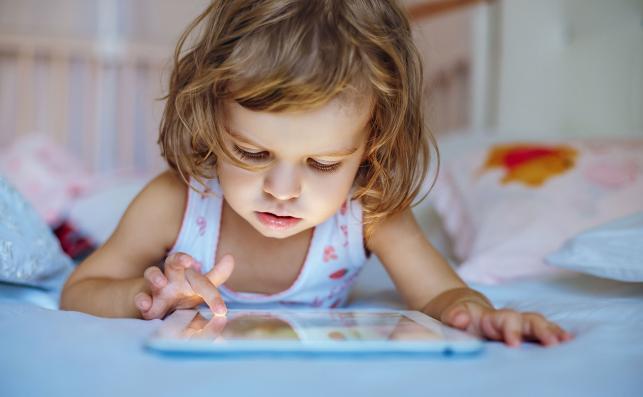 Dziecko używa tablet
