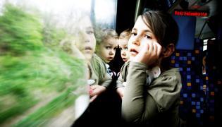 Dzieci podróżujące pociągiem