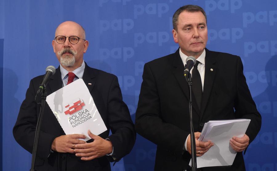 Prezes zarządu Polskiej Fundacji Narodowej Cezary Andrzej Jurkiewicz (P) oraz członek zarządu Fundacji Maciej Świrski (L)