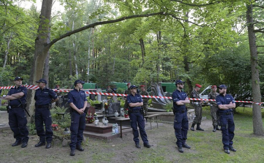 Policja przed grobem Arkadiusza Rybickiego