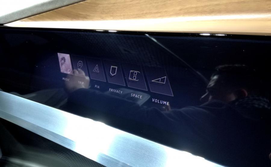Aicon reaguje na wzrok i głos. Lubi też dotyk – pola LED wędrują po ekranie za człowiekiem przesuwającym się na fotelu