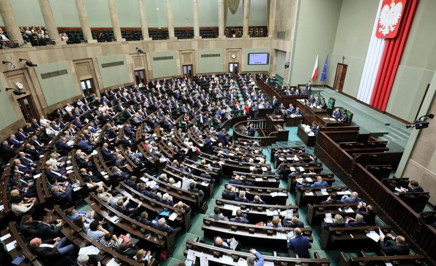 Posłowie na sali obrad Sejmu