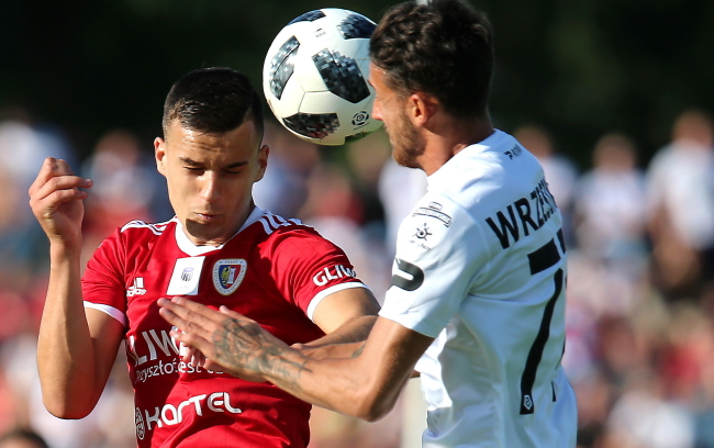 Piłkarz Zagłębia Sosnowiec Konrad Wrzesiński (P) i Patryk Dziczek (L) z Piasta Gliwice podczas meczu Ekstraklasy
