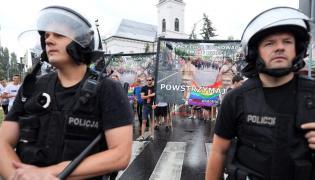 Kordon policji oddzielający uczestników marszu od jego przeciwników