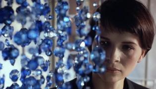 """Kadr z filmu """"Trzy kolory: Niebieski"""""""