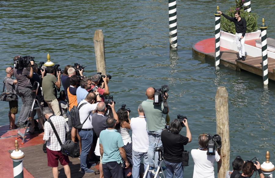 Włoski aktor Michele Riondino w Wenecji, Lido Beach przed rozpoczynającym się tam 75. Festiwalem Filmowym