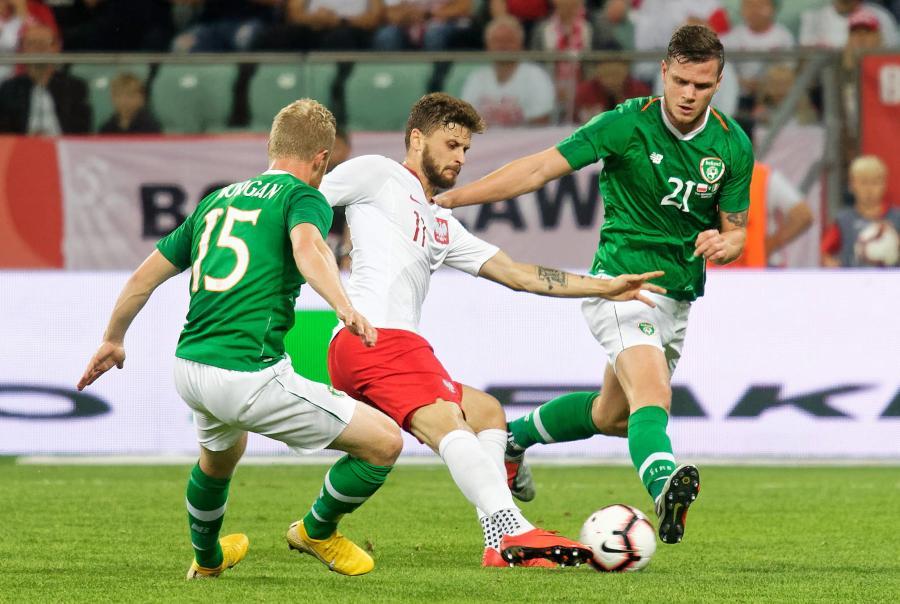 Piłkarz reprezentacji Polski Mateusz Klich (C) oraz Daryl Horgan (L) i Kevin Long (P) z Irlandii