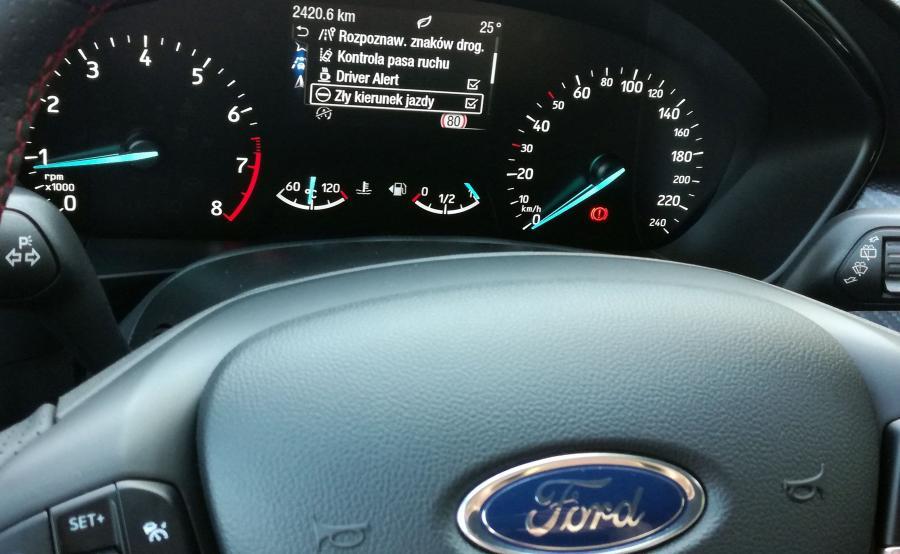 Nowy Focus potrafi automatycznie ominąć przeszkodę lub ostrzec kierowcę przed wjazdem pod prąd na drogę jednokierunkową. Nowością jest również wyświetlacz head-up