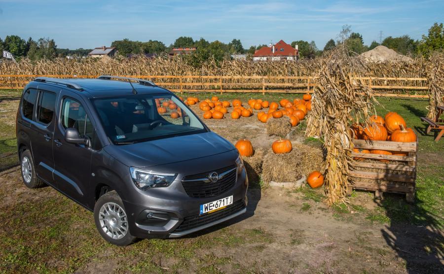 Opel Combo Life. Zarówno wersja krótka (4,4 m), jak i wersja XL (4,75 m) są dostępne w odmianie pięcio- i siedmiomiejscowej