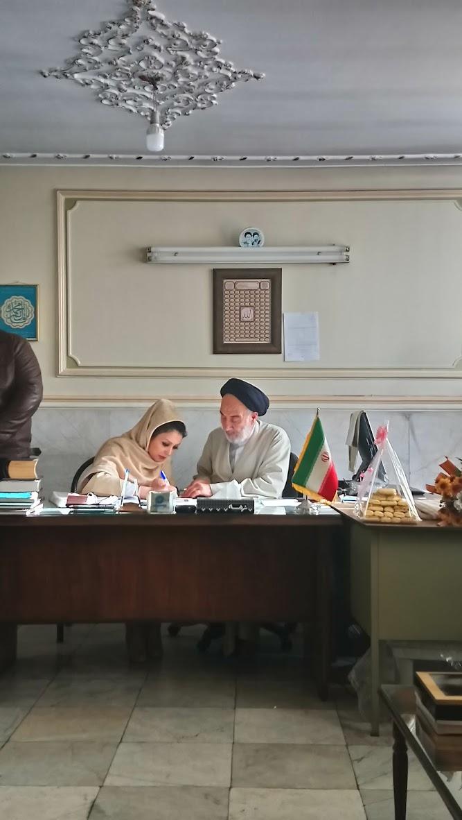 Irański ślub. Panna młoda podpisuje kontrakt małżeński w biurze mułły / fot. Aleksandra Chrobak