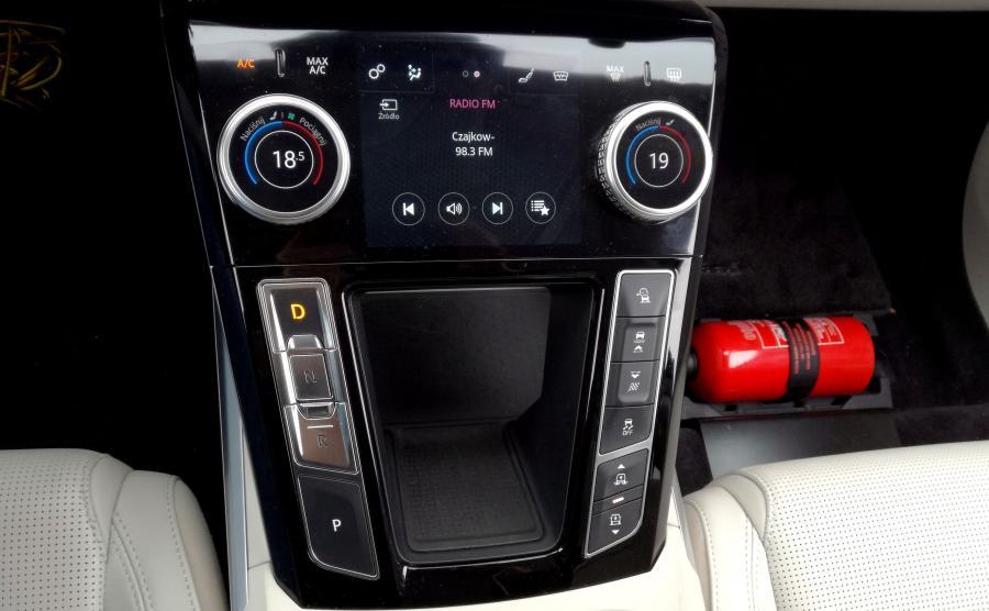 System JaguarDrive Control proponuje kierowcy tryb: Eco, Comfort, Dynammic, Rain, Snow i Ice. Pneumatyczne zawieszenie pozwala na obniżenie samochodu podczas jazdy np. autostradą lub zwiększenie prześwitu jeśli ktoś zaryzykuje opuszczenie asfaltu
