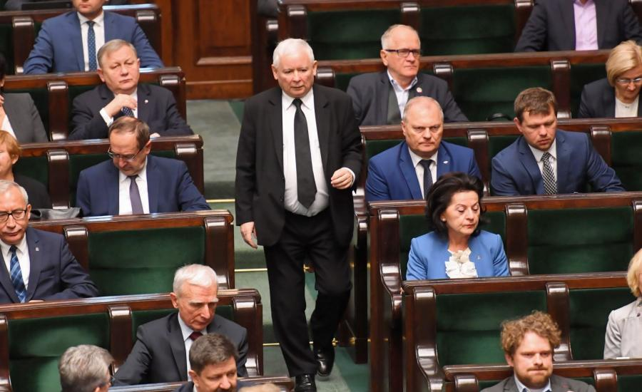 Prezes Jarosław Kaczyński (C) i politycy PiS na sali obrad