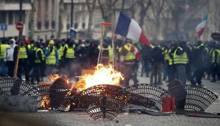 """Protesty """"żółtych kamizelek"""" w Paryżu"""