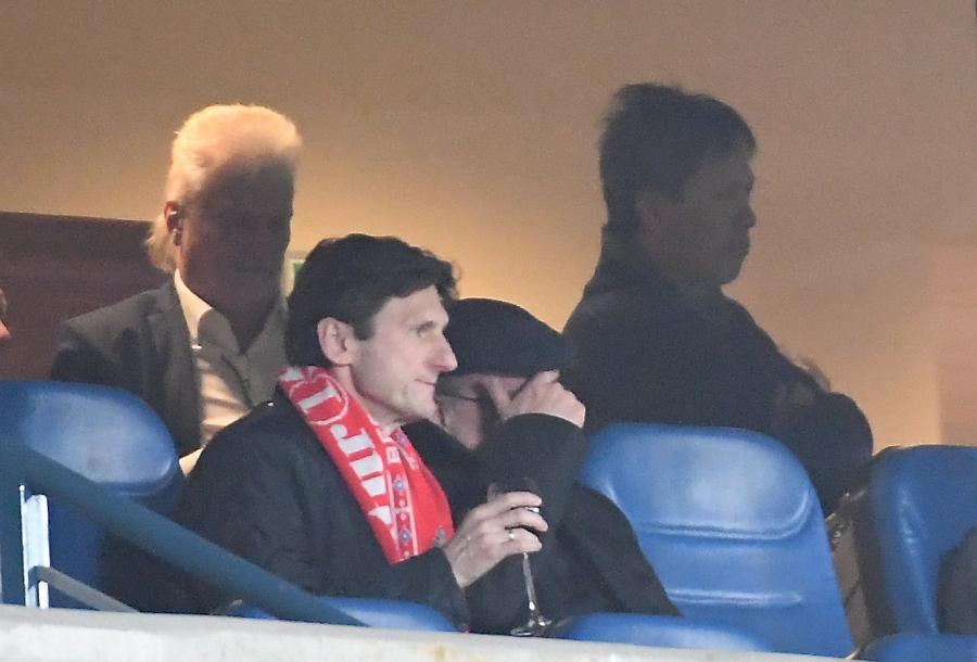 Nowi właściciele Wisły Kraków Mats Hartling (L) i Vanna Ly (P, w głębi), podczas meczu piłkarskiej Ekstraklasy z Lechem Poznań