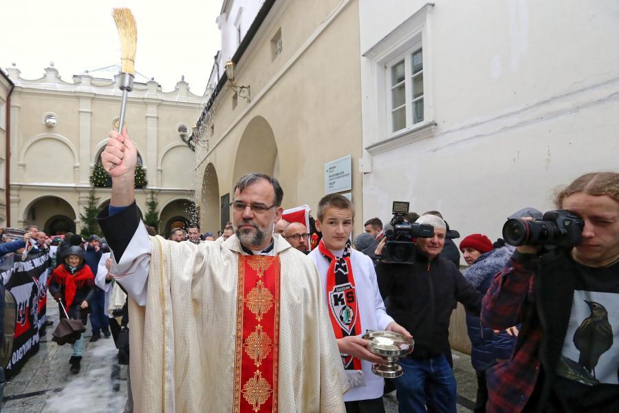 Ks. Leszek Ziola (C) wśród pielgrzymów. XI Patriotyczna Pielgrzymka kibiców na Jasną Górę
