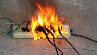 Płonące gniazdko elektryczne