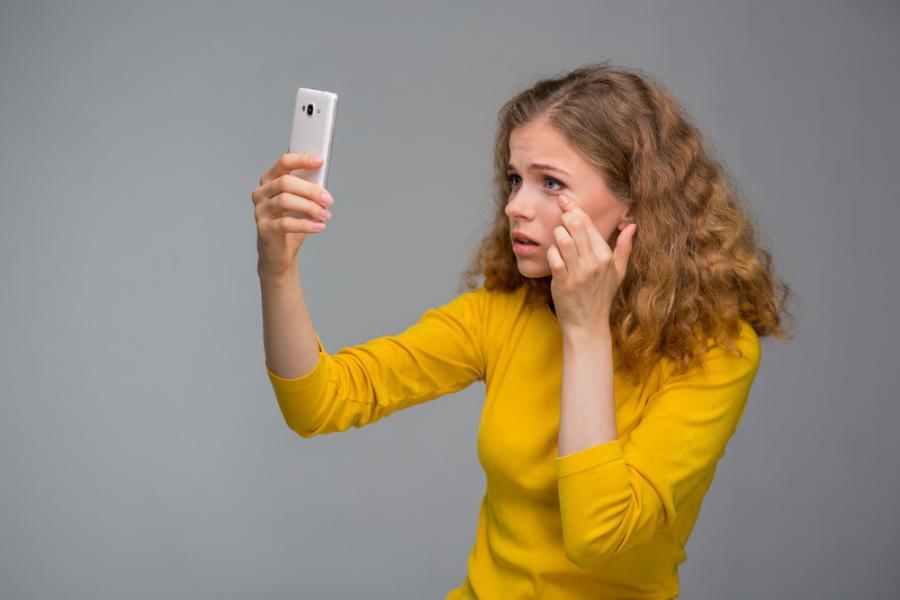 Kobieta robi selfie