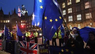 Protesty przed brytyjskim parlamentem podczas głosowania